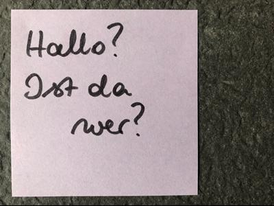 Post it mit Schrift Hallo, ist da wer?