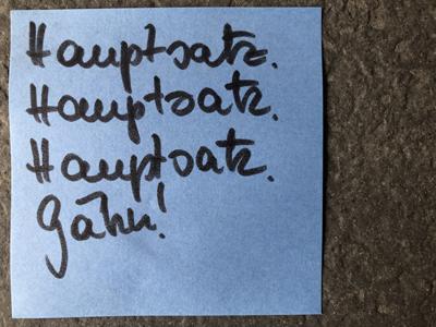 "Post it mit Schrift ""Hauptsatz. Hauptsatz. Hauptsatz. Gähn"""