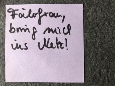 Post-it mit Schrift: Fährfrau, bring mich ins Netz!
